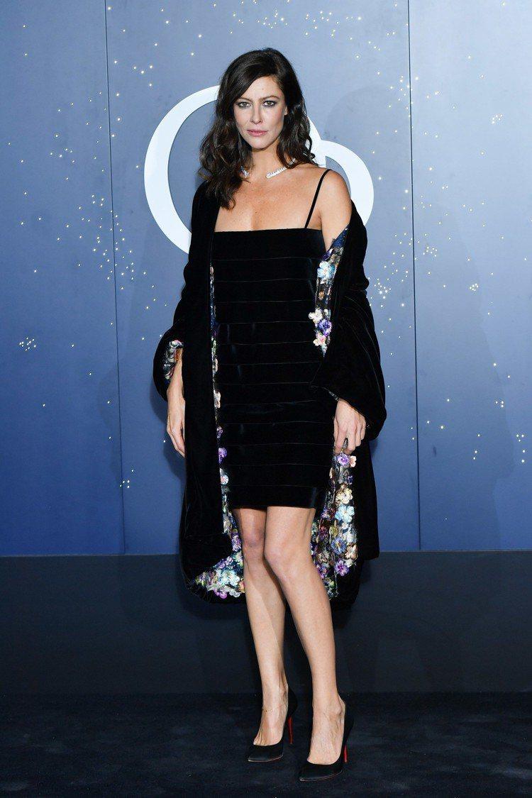 安娜莫格拉莉絲以秋冬高級訂製系列黑色法蘭絨多層次短洋裝與同款花朵刺繡內裡外套配出...
