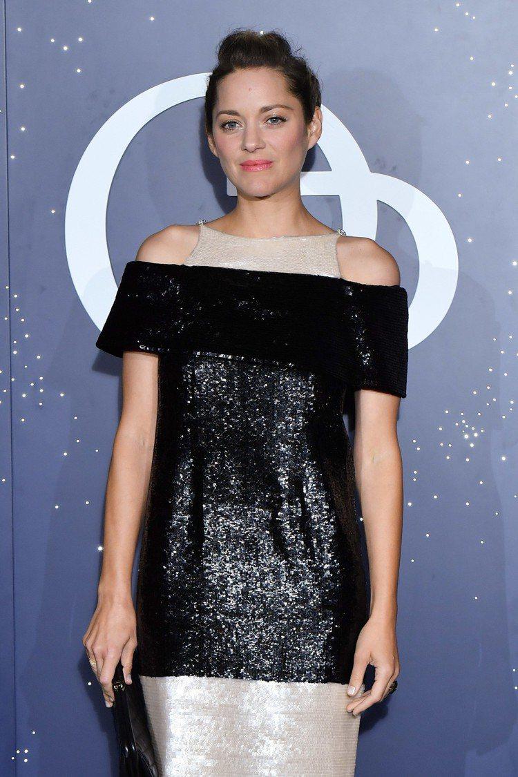 瑪莉詠柯蒂亞則是穿著2013春夏高級訂製系列黑米雙色亮片刺繡洋裝,用閃閃發亮的光...