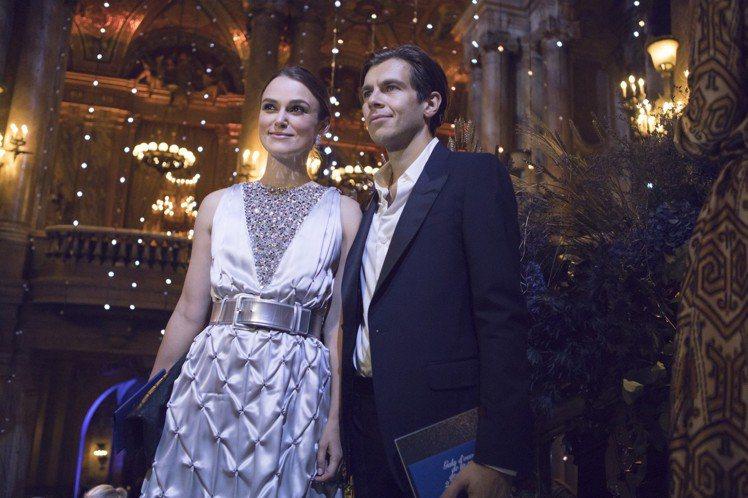 綺拉奈特莉和老公詹姆斯瑞頓。圖/香奈兒提供