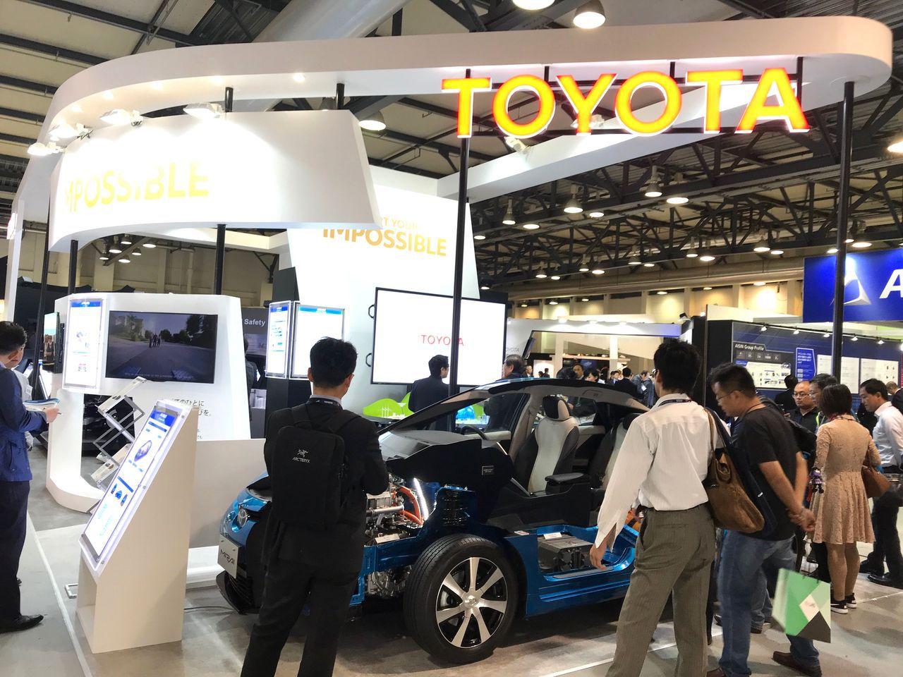 日本大廠TOYOTA攤位吸引各國參觀者駐足。貿協提供