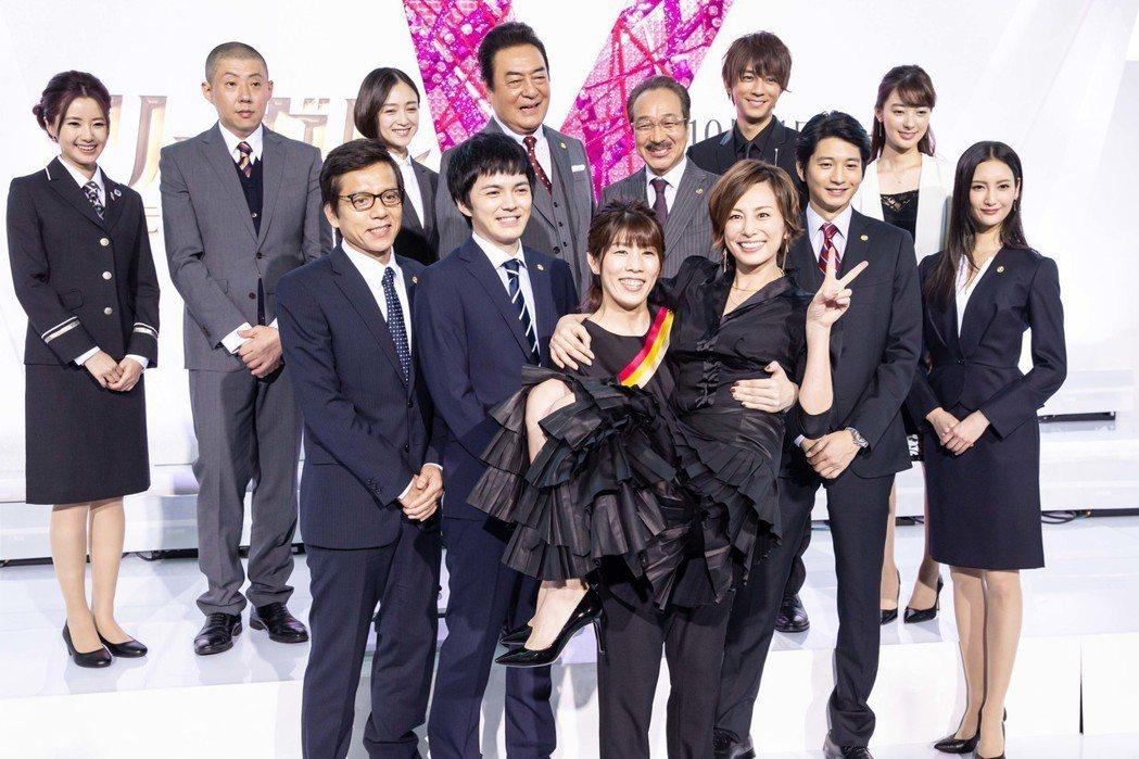 米倉涼子今天被公主抱。圖/KKTV提供