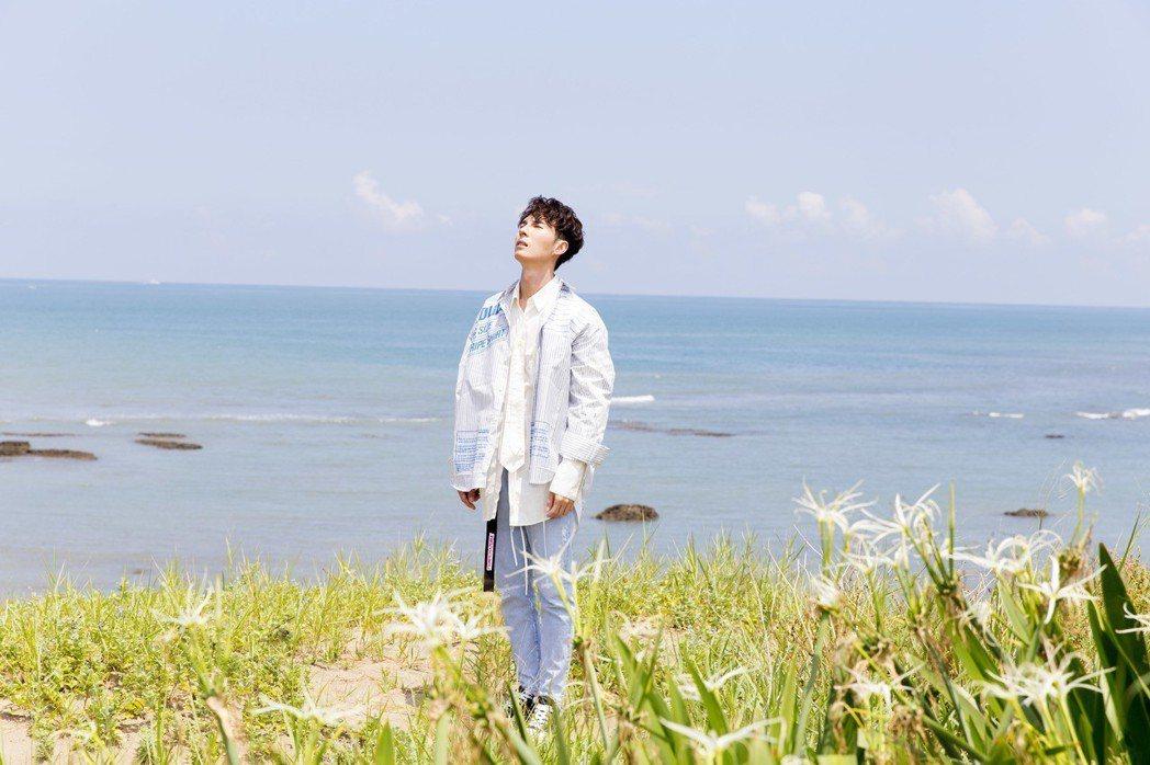 陳勢安在新歌「舒服」走向海邊。圖/華納音樂提供