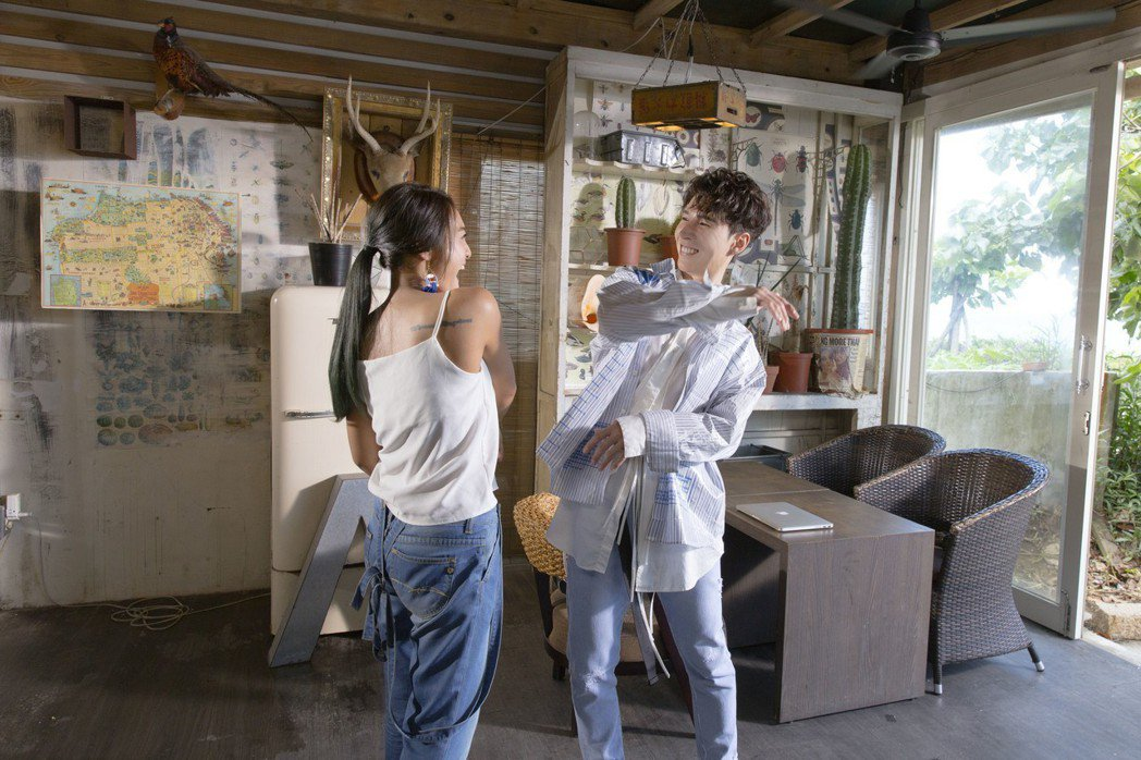 葉瑋庭(左)與陳勢安為新歌「舒服」合作。圖/華納音樂提供