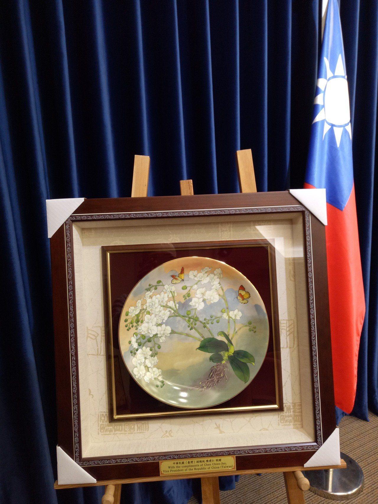 副總統陳建仁將致贈教宗一只瓷盤,作品是台灣當代畫家陳士侯老師的彩墨畫作「台灣阿嬤...