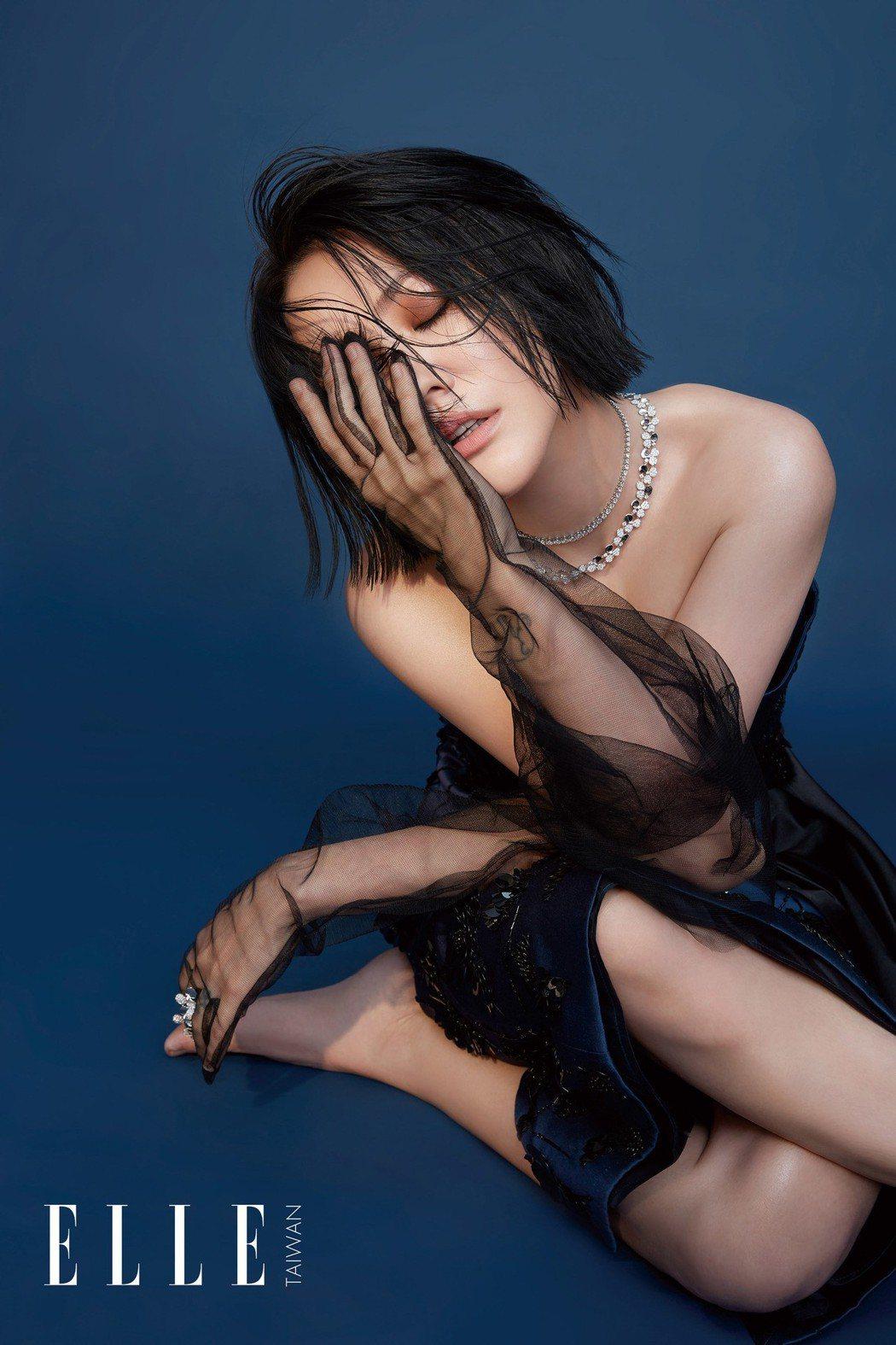 小S為雜誌拍攝火辣時尚照。圖/ELLE提供