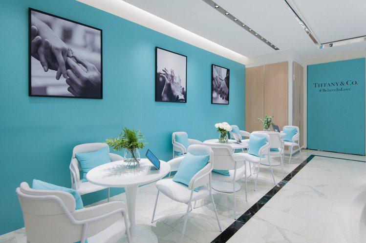 Tiffany Love 鑽戒系列概念店內備有夢幻Tiffany Blue牆面。...