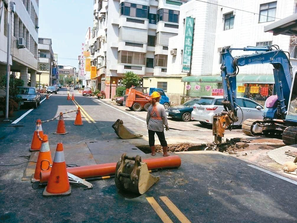 苗栗縣府昨天通過挖掘道路埋設管線自治條例修正案,明訂新建道路2年內不得挖掘。 圖...