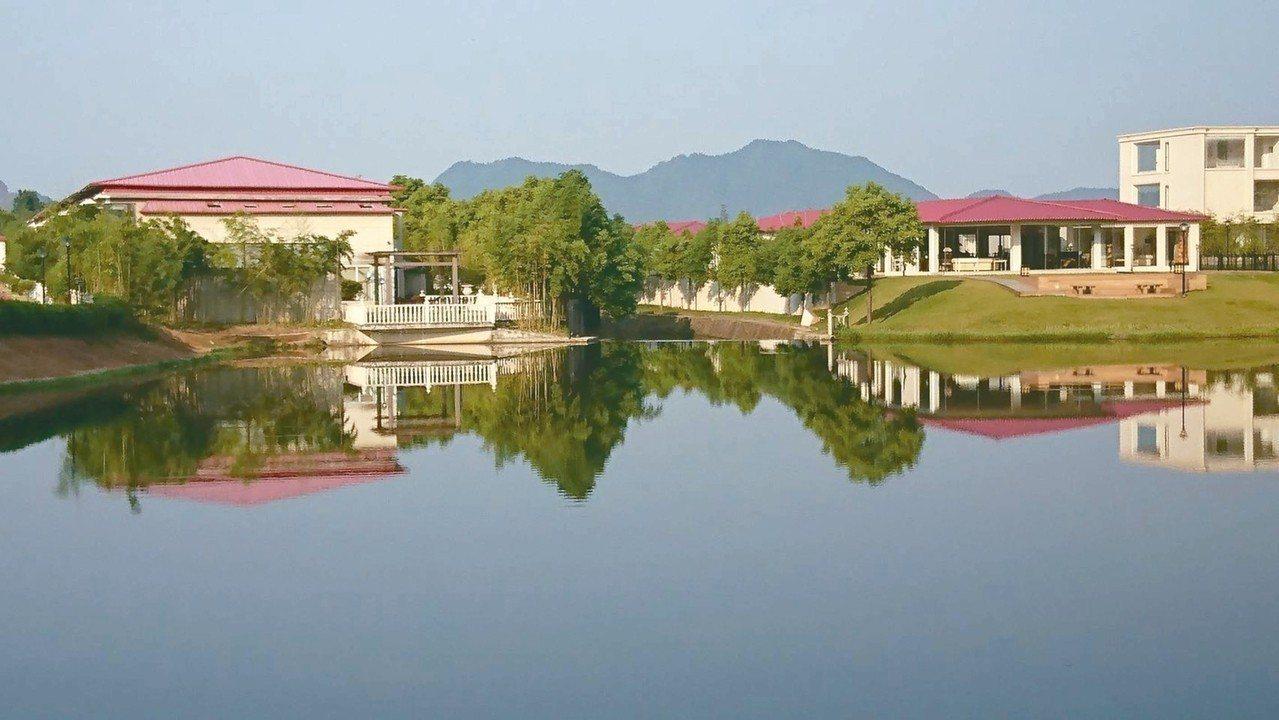 華泉小村在高山環抱下,也有水鄉幽靜之美。 圖/華泉小村提供