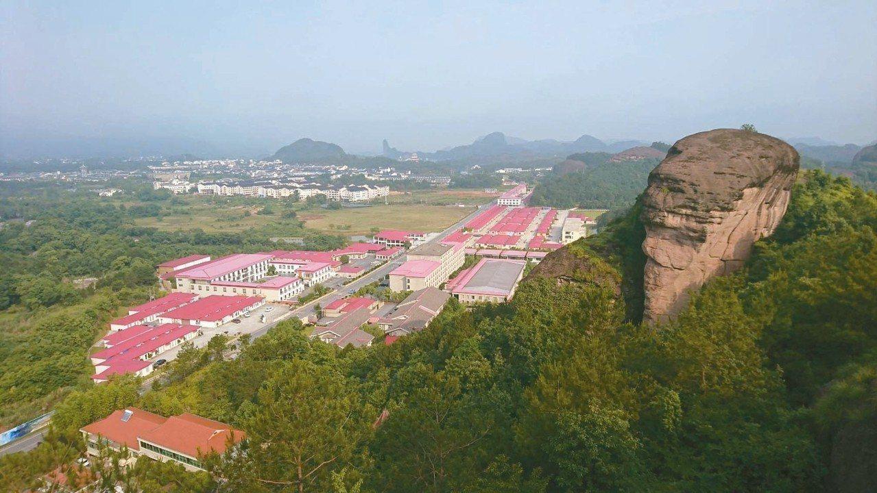紅色屋瓦的區域,都是華泉小村建築區。 圖/華泉小村提供