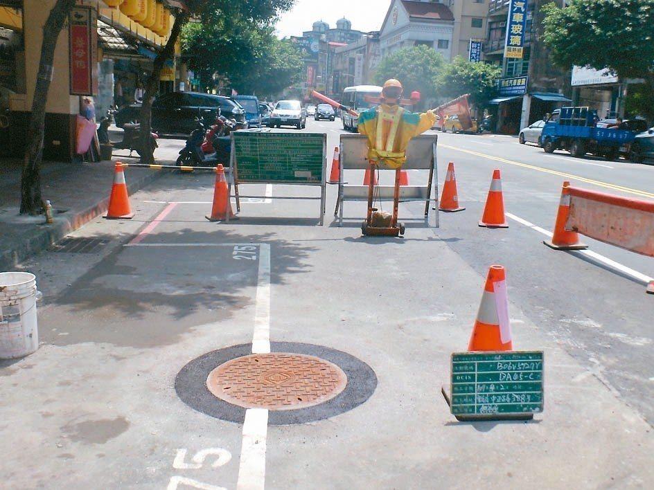 新北市從2011年起除降埋人孔蓋,也要求管線單位採「圓形切割」新工法(圖),降低...