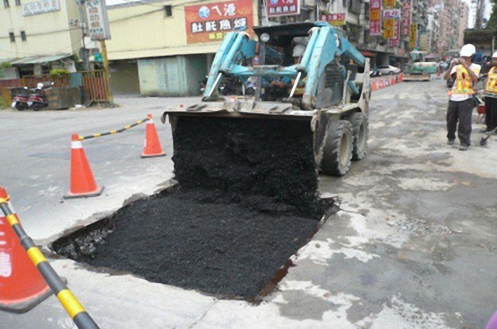 聯合報系願景工程日前報導人孔蓋成馬路地雷,新北市從2011年起在路平專案施工時,...