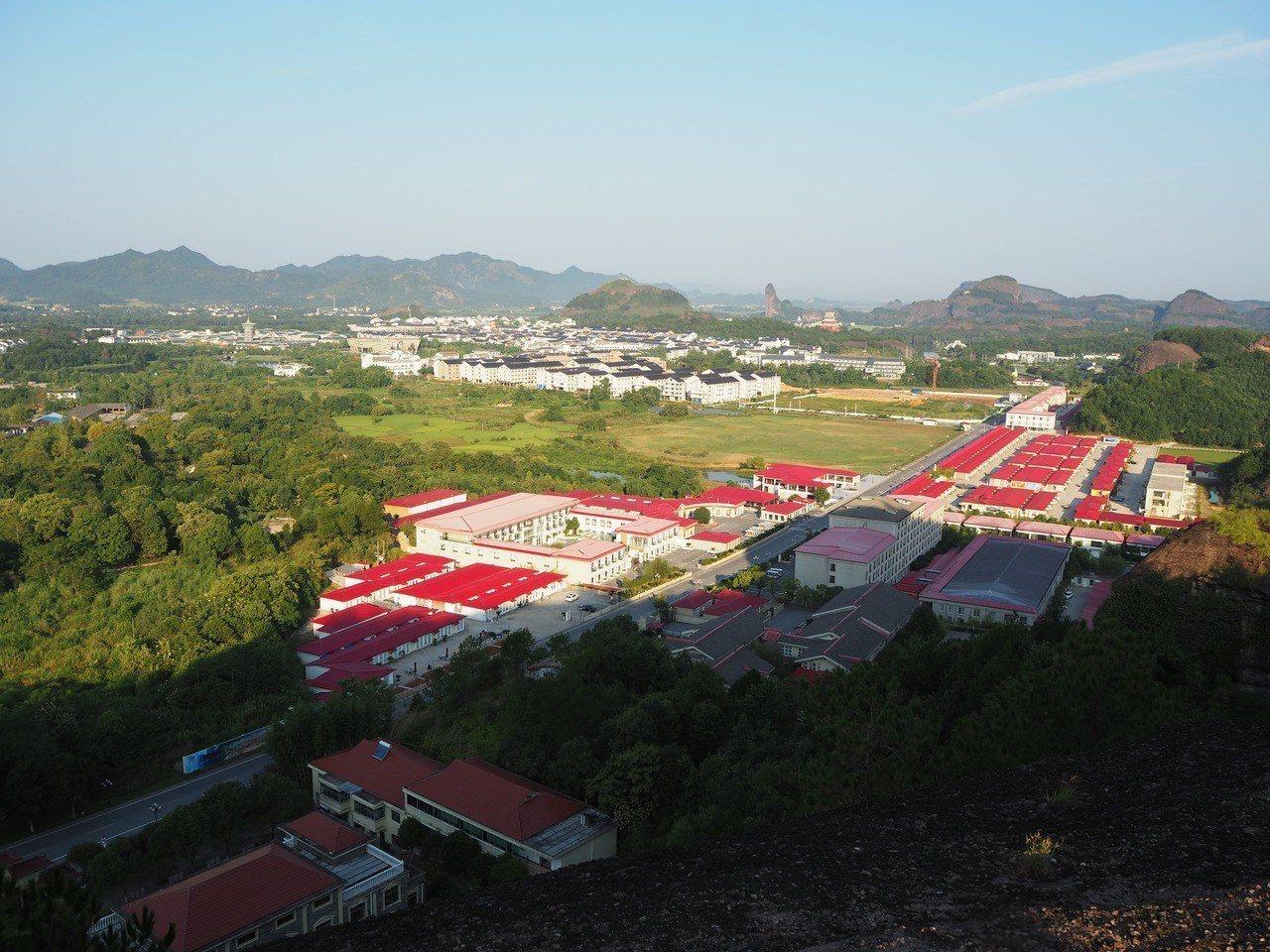 登高遠眺,小村的紅屋頂反倒變得很有特色。 特派記者羅建怡/攝影