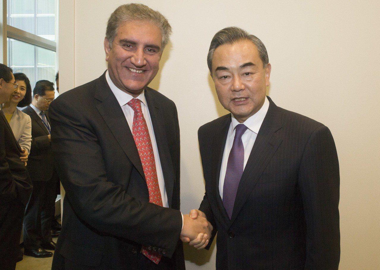 中國國務委員兼外長王毅(右)上月在紐約出席聯合國大會期間,會見巴基斯坦外長庫雷希...