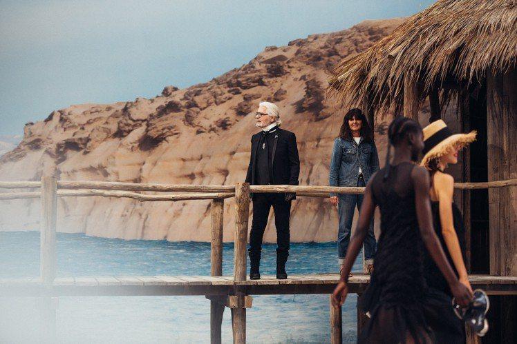 拉格斐與服飾創意工作室總監Virginie Viard一同謝幕。圖/香奈兒提供