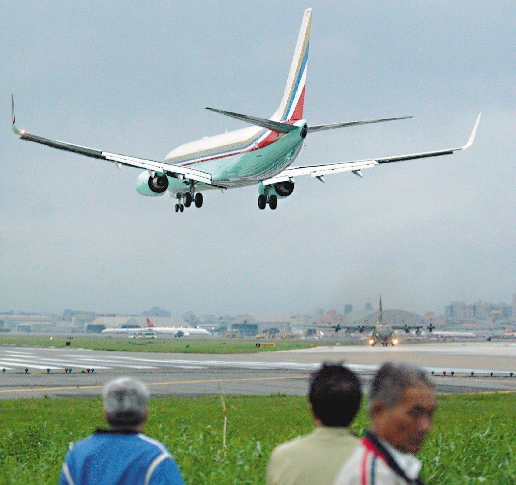 2006年11月,擔任總統特使出席亞太經合會的張忠謀,搭乘「專機」返抵機場時,被...
