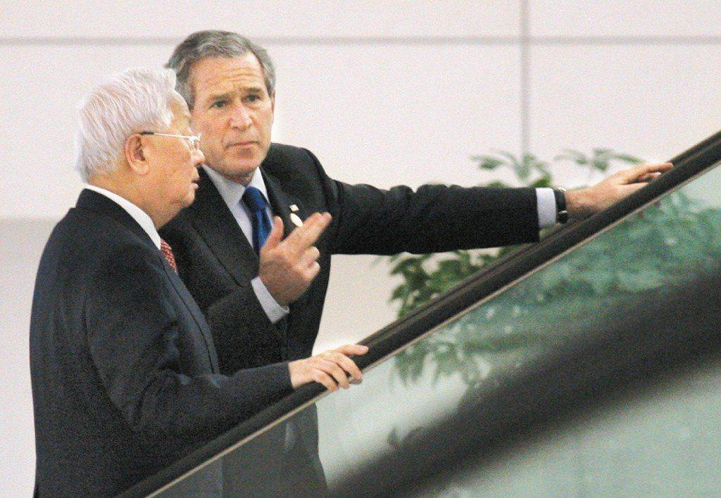 2006年11月,代表我國參加APEC的台積電董事長張忠謀(左),在越南河內的會...
