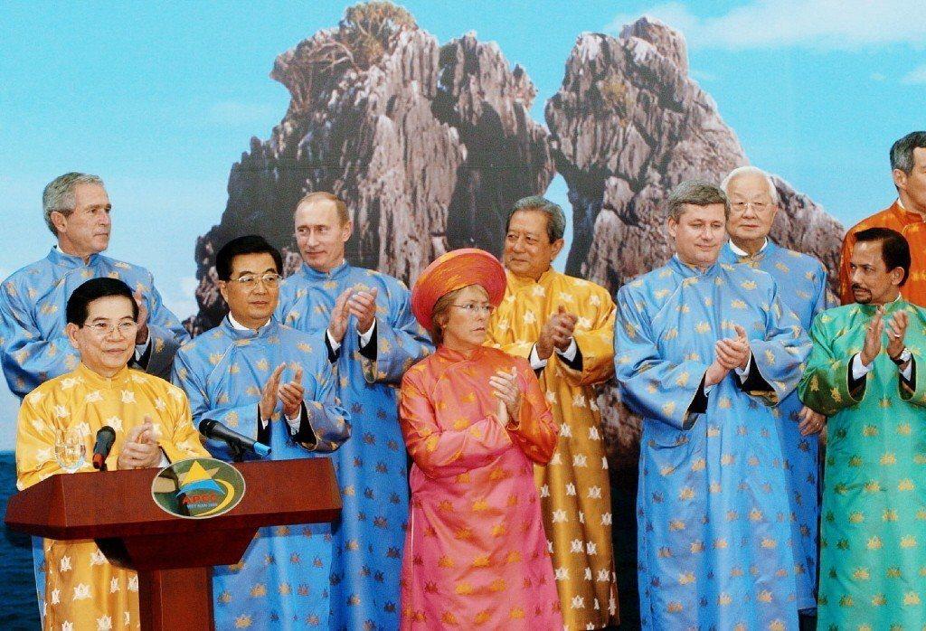 2006年11月,亞太經濟合作會議(APEC),各會員體領袖身著越南傳統服飾「奧...