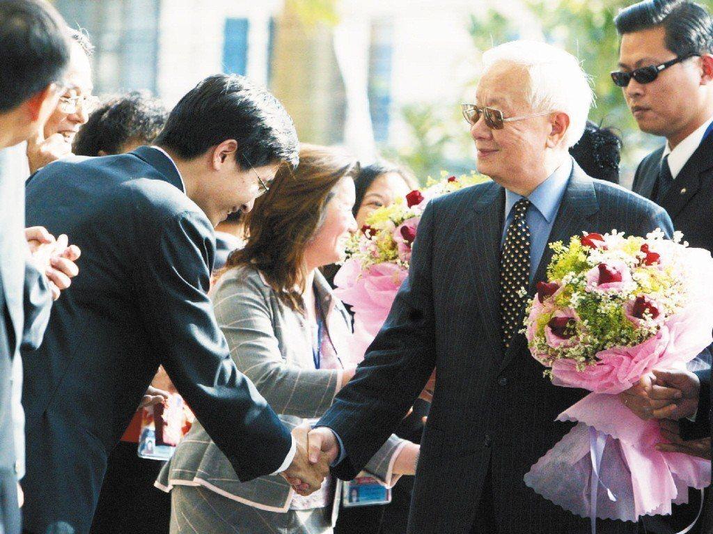 2006年11月,擔任總統特使、率團出席亞太經濟合作會議(APEC)領袖會議的台...