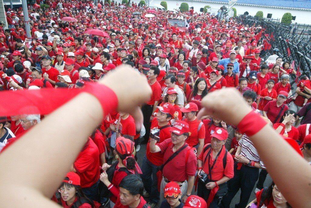 2006年,反貪腐倒扁總部在國慶日發起「天下圍攻」活動,紅衫軍手綁紅絲帶、繞行北...