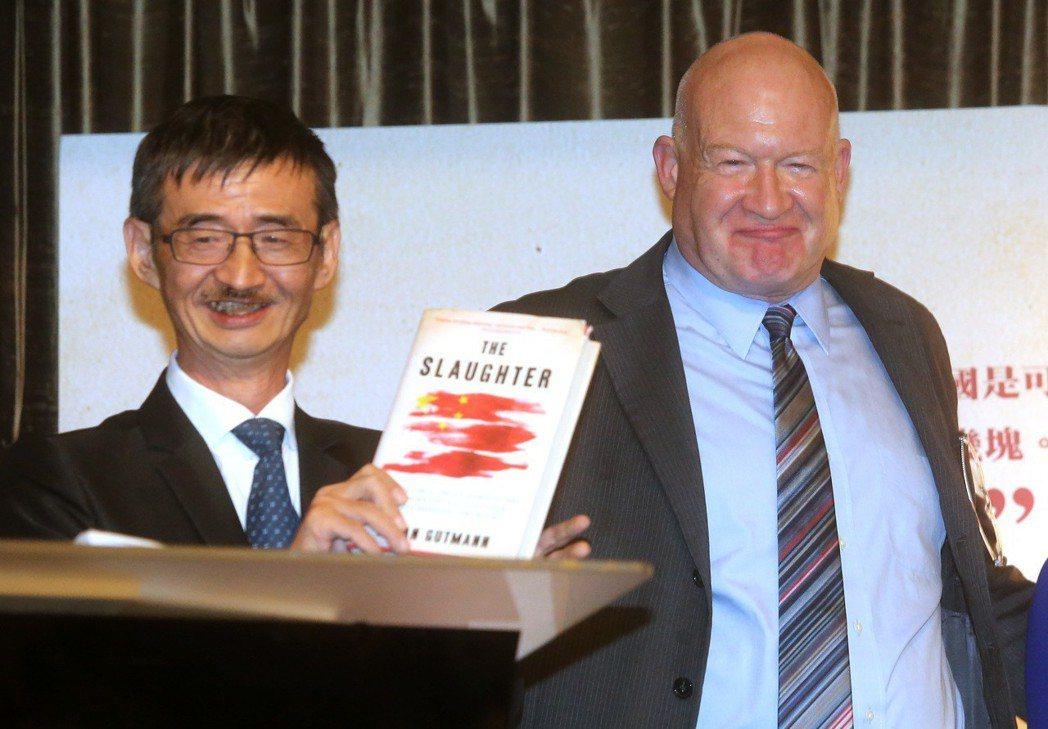 《屠殺》作者伊森.葛特曼(右)昨在作家吳祥輝(左)陪同下舉行記者會。 記者胡經周...
