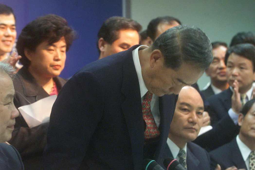 「興票案」影響2000年總統選情,宋楚瑜說明兒子宋鎮遠巨額資金來源,多次向支持的...