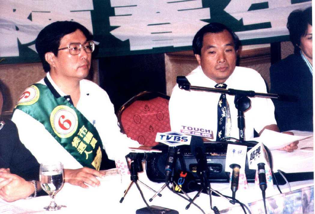 1998年高雄市議員候選人陳春生(左)提供錄音帶,指吳敦義有婚外情,當場播放錄音...