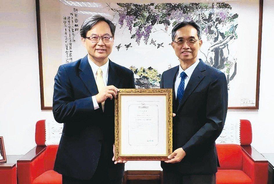 SGS台灣檢驗科技公司資深副總裁黃世忠(左)代表SGS,接受財團法人全國認證基金...