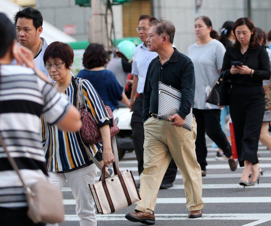 只要有受僱事實,雇主仍要繼續按月提撥該勞工薪資6%到勞退新制帳戶。 記者林澔一/...