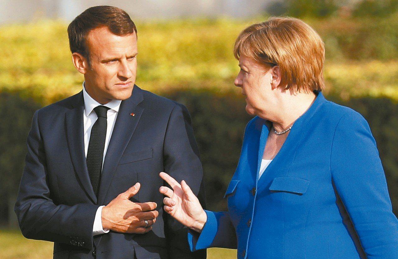 根據調查,全球受訪者相信德國總理梅克爾(右)和法國總統馬克宏(左)比美國總統川普...