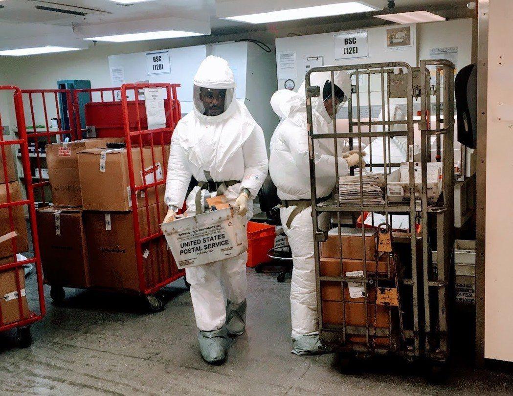送到美國國防部的信件會由穿防護衣的人員檢查。 法新社