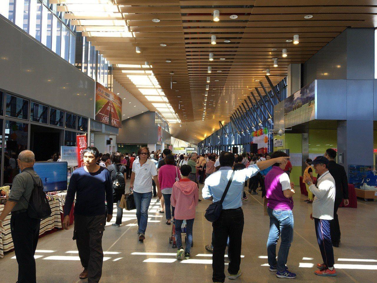 花蓮車站今天啟用,許多民眾搶先體驗。記者徐庭揚/攝影