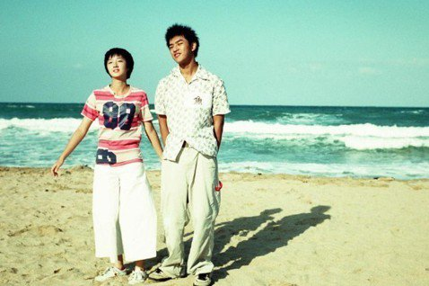 2002年因電影《藍色大門》火紅的桂綸鎂與陳柏霖,倆人這次在巴黎時裝週巧遇,還一起合影留念。桂綸鎂還寫著「Always by the sea」,彷彿記起16年前一起合作過的電影《藍色大門》,在海灘上...
