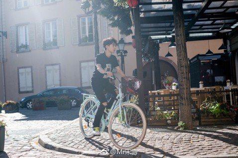 TFBOYS隊長日前錄製大陸湖南衛視推出的一檔明星經營類美食真人秀節目《中餐廳》,深受許多網友們喜愛。日前播出的劇集中,有網友發現王俊凱鎖腳踏車的方法與眾不同,笑翻許多網友!節目中,王俊凱喜歡用自行...