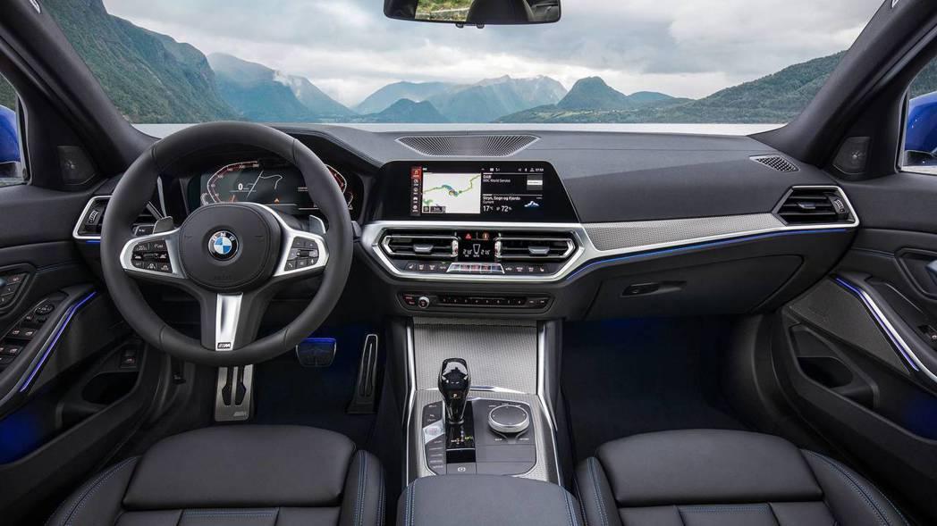 M Sport版本的內裝,與跑車化方向盤。 摘自BMW