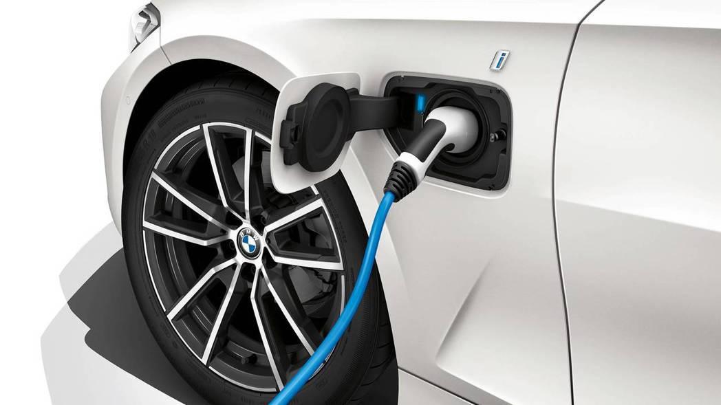 BMW還透露未來將會有一款插電式油電的車型330e。 摘自BMW