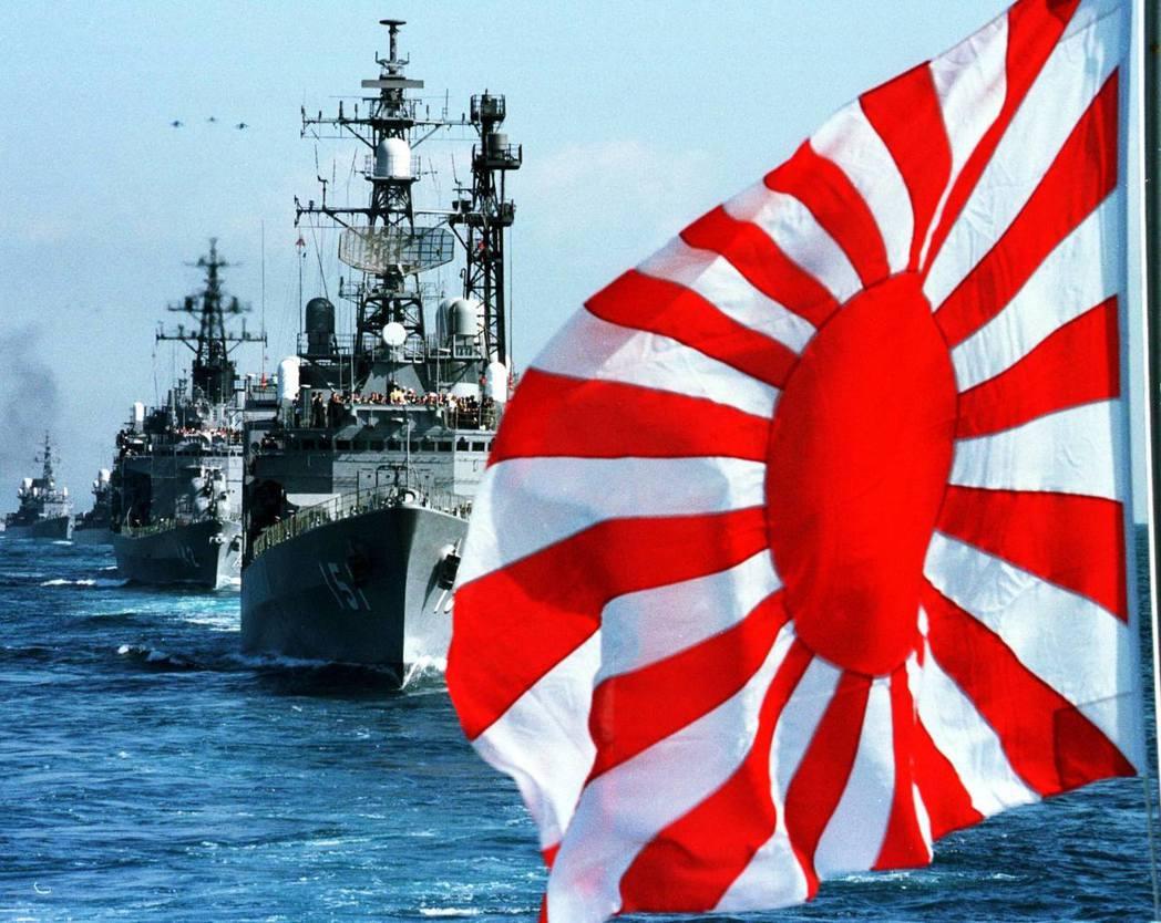 圖為海自的旭日旗。1954年時日本施行《自衛隊法施行令》後,海自的軍艦旗則使用與...