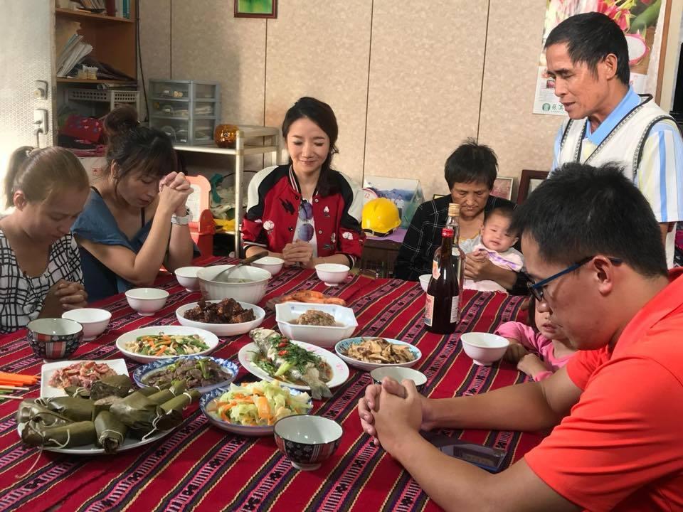 陶子日前走訪南澳村村長家。 圖/擷自陶晶瑩臉書