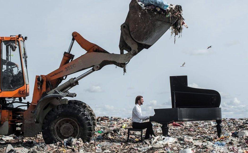 俄羅斯鋼琴家安德烈夫,為了提倡環保,跑到垃圾場中開演奏會,希望藉強烈的反差,喚醒...