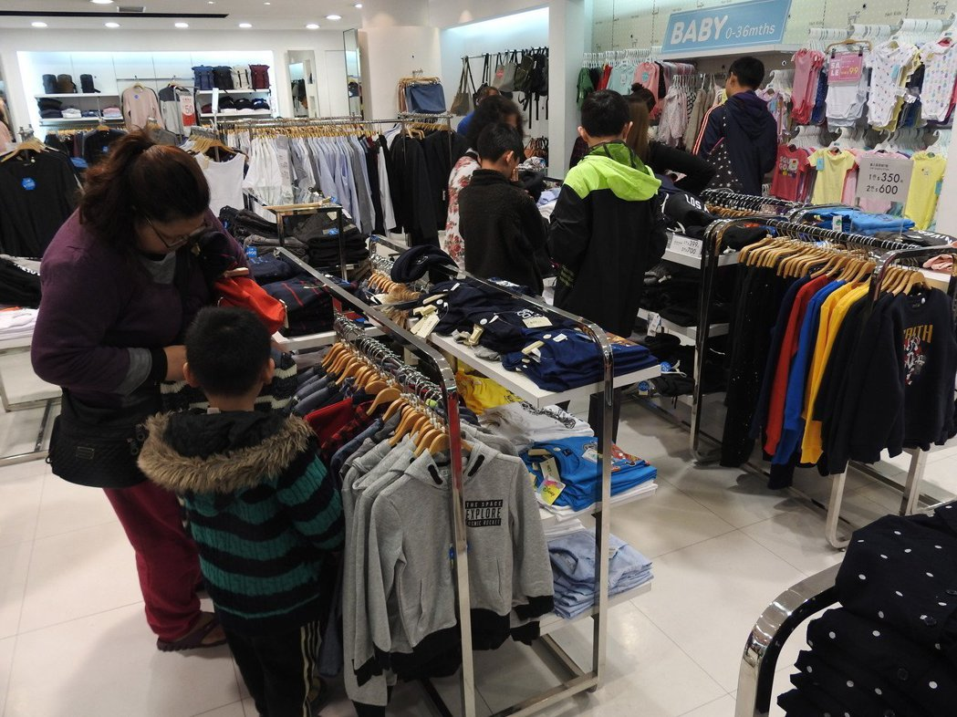 NET草屯一店封館讓弱勢受助家庭放心幫孩子添購衣物。 圖片來源/聯合報系 記者賴...