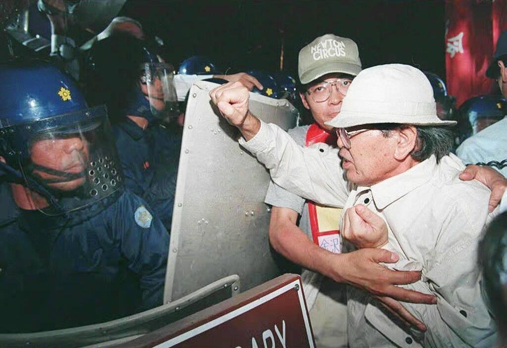 中央政府始終以行政權限與鎮暴警察的「鞭子」,以及中央補助金的「糖果」,用兩手策略...