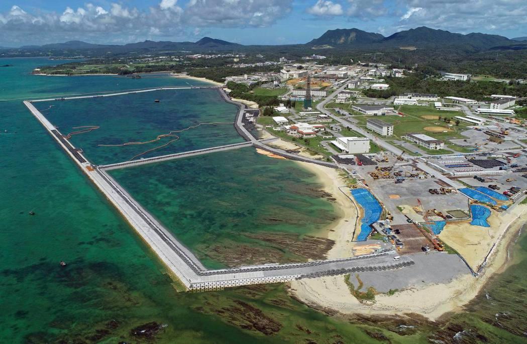 回顧歷史,沖繩的基地是在美軍軍政佔領下強行設置,並未經過沖繩人同意。圖為沖繩的邊...