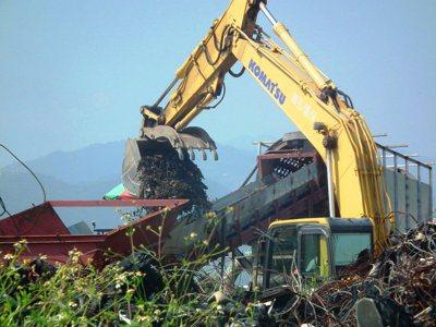 台東市建農掩埋場因今年7月底發生挖土機翻覆壓死司機的工安事故,至今活化工程仍處於...