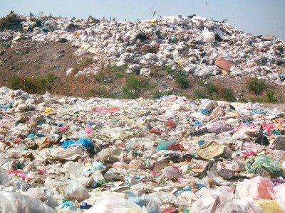 台東縣13座垃圾掩埋場明年初將飽和,且焚化廠不啟用,全縣堆積逾5萬公噸一般垃圾至...