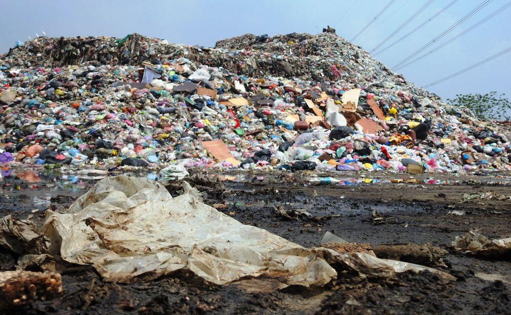 南投縣草屯鎮垃圾從去年堆置至今年一度累積高達1.7萬噸,入夜臭味擾人,地方叫苦連...