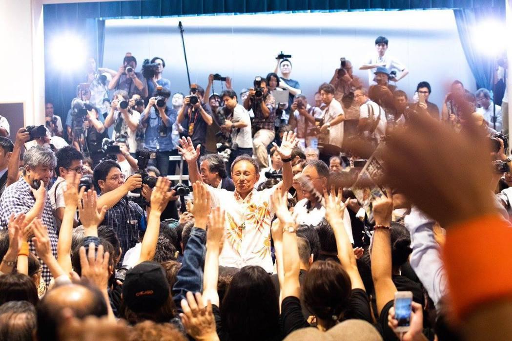 環抱著不同想法的沖繩人們,推動各黨派擱置歧異團結一致,喊出「我們不要邊野古基地」...