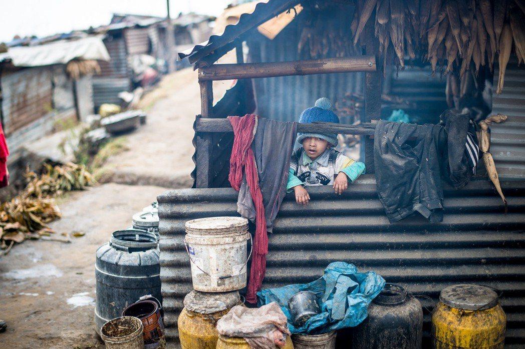 遠山呼喚團隊在當地家庭訪問時發現,位於震央區的廓爾喀重建後,有半數以上的家庭仍住...