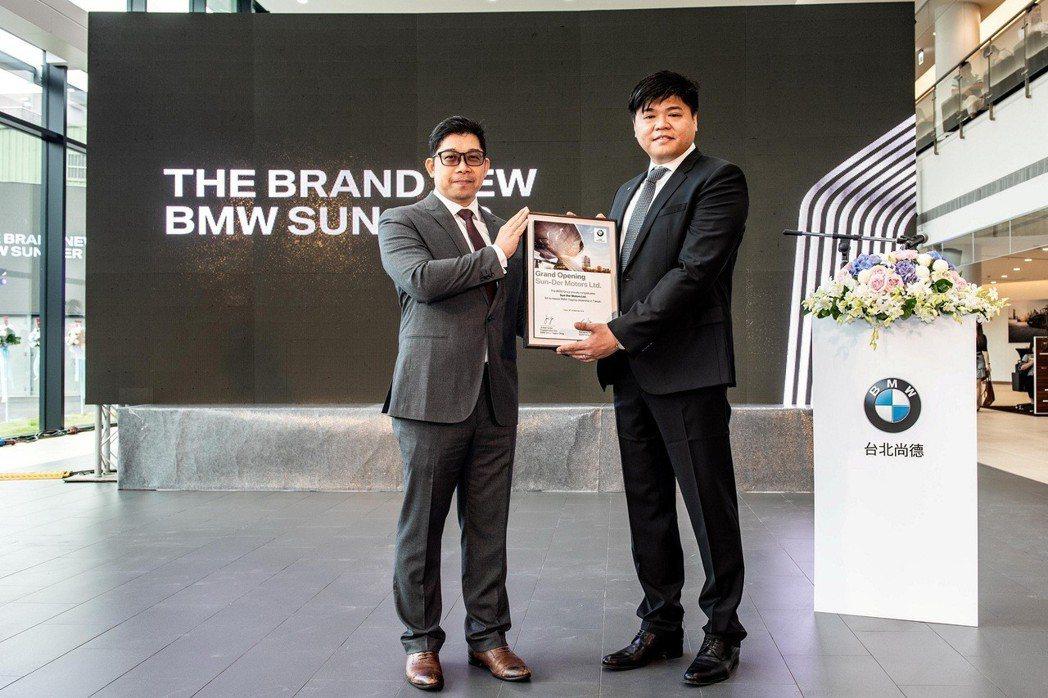 BMW集團台港澳進口業務產品暨銷售策略資深經理曾祥杰(圖左)將BMW德國原廠證書...
