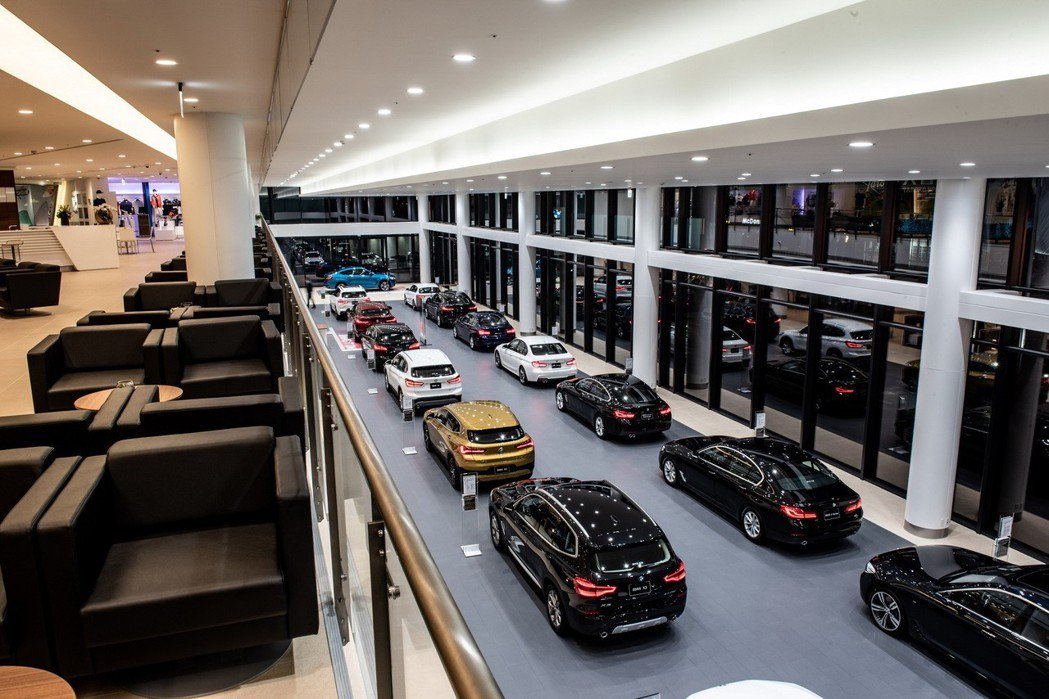 BMW Driving Gallery展示廊道開闊明亮,最多可陳列20台新車。 ...