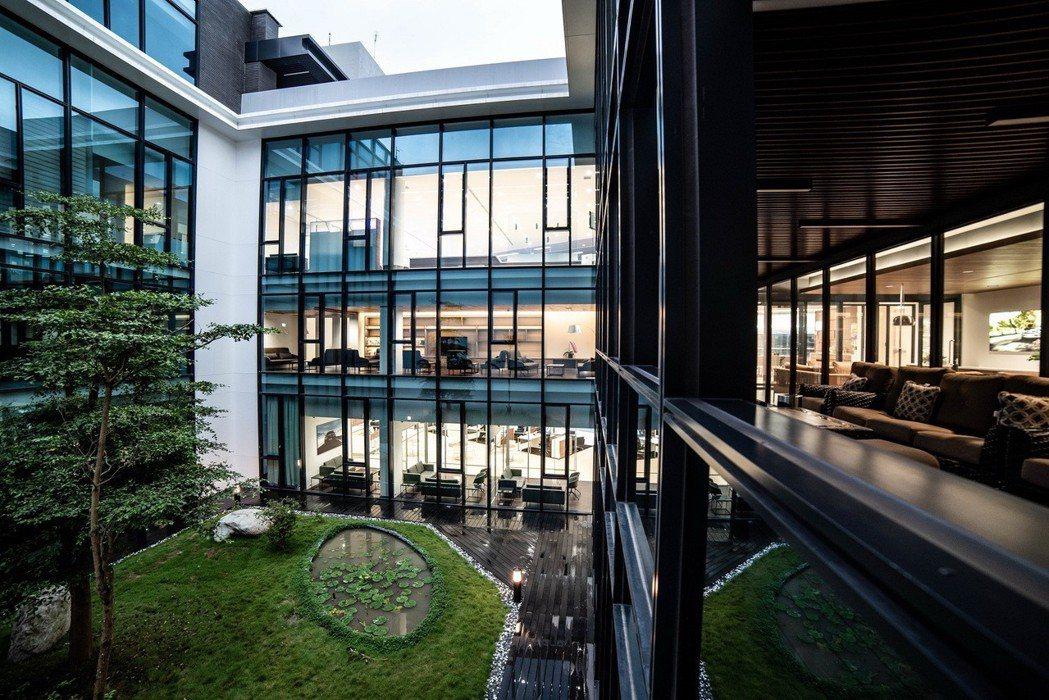 展示中心中央獨立天井,營造充滿芬多精的綠意空間。 圖/汎德提供