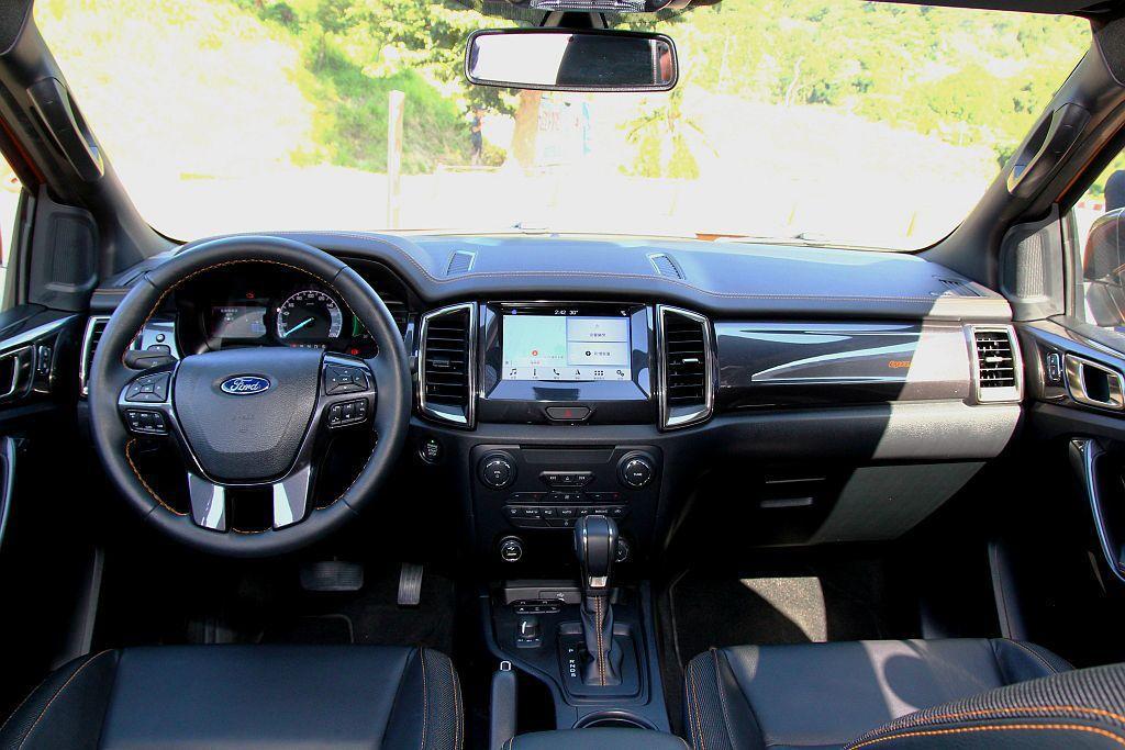 小改款Ford Ranger車艙延續過往沉穩黑,搭配琥魄橘色縫線的對比視覺亮點。...